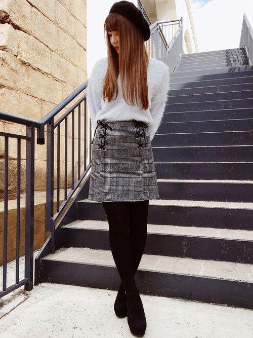 フェザーのニットはふわふわで柔らかい肌触りになっており着心地◎です。  グレンチェックの台形スカート