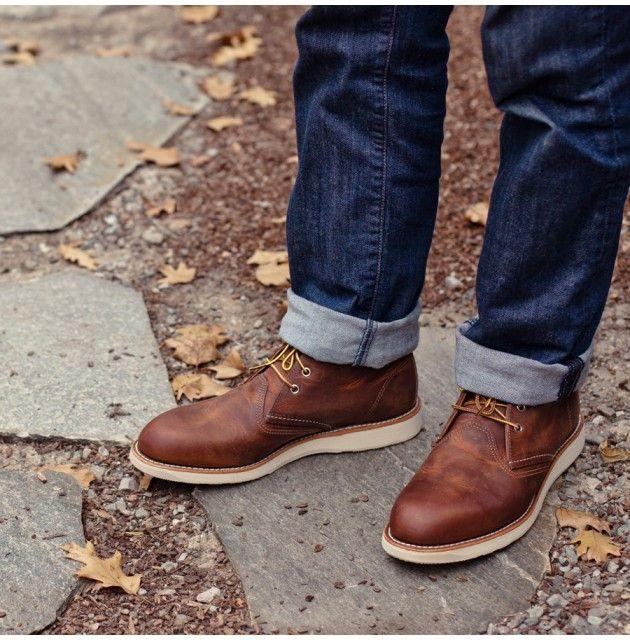 Zapatos marrones con suela blanca