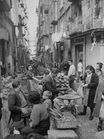 People Buying Bread in the Streets of Naples Fotoprint van Alfred Eisenstaedt bij AllPosters.nl