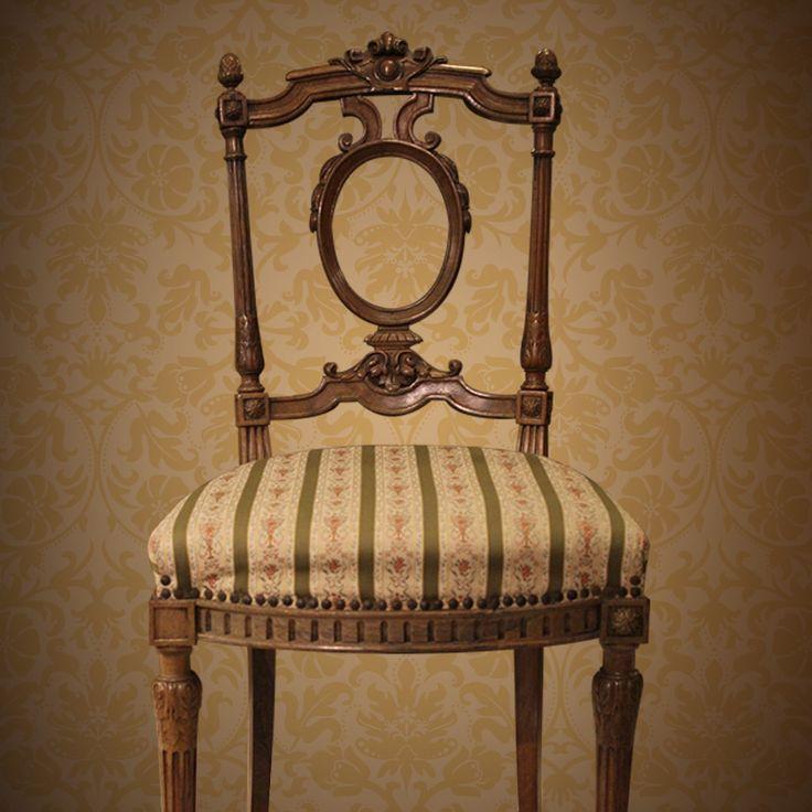 SET DE SILLAS LUIS XVI Delicado par de sillas Luis XVI de madera natural. El respaldo tiene una decoración calada en forma circular.