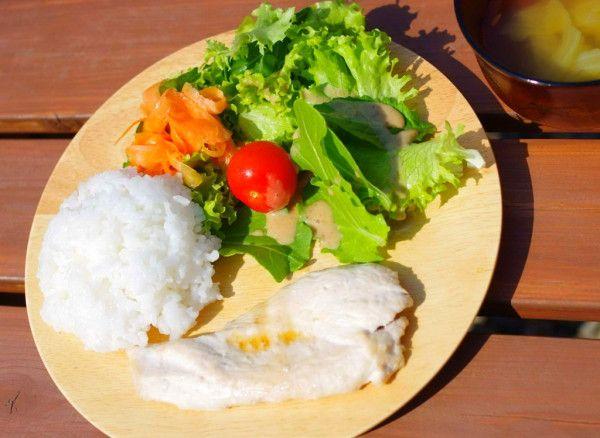 昨日のお昼ごはん:塩麹&日本酒漬け鶏胸肉のグリル(すだちポン酢)、自家製ベビーリーフサラダ、人参のマリネサラダ、ミニトマト、キャベツとフライドオニオンのコンソメスープ( •ॢ◡-ॢ)