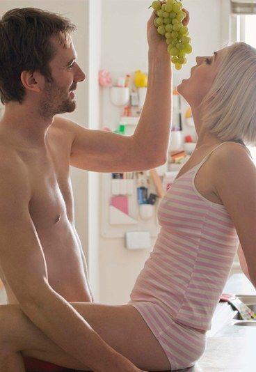 Erotische spelletjes: 10 spannende relatiespelletjes - Om je relatie wat pittiger te maken, hoef je heus niet meteen een parenclub binnen te stappen. Met een klein beetje verbeelding, kun je de passie immers zó weer doen oplaaien...
