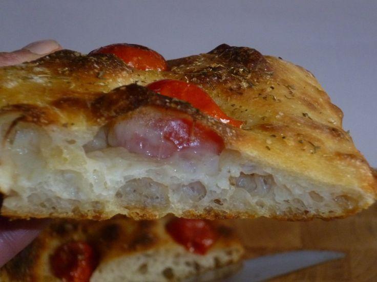 pizza ad alta idratazione, impasto per pizza o focaccia ad alta idratazione con lievito madre, croccante e ben alveolata