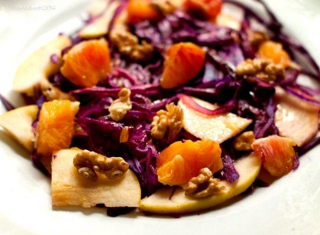 L'insalata di cavolo rosso, arancia e mele, è un piatto dai colori energizzanti e ricco di vitamine. Questa insalata è tipicamente invernale, tanto gustosa quanto rapida da preparare e portare in tavola.