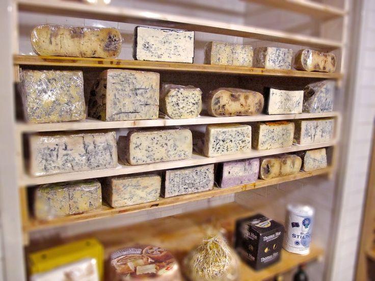 Come vorremo che fosse la nostra credenza...   :)  Lo scatto immortala la ricca selezione di formaggi di 'Gusto, storico ristorante e formaggeria nel centro storico di Roma.