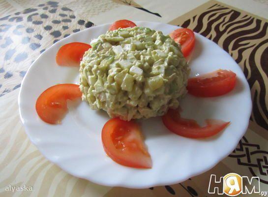 Салат с кальмарами и авокадо