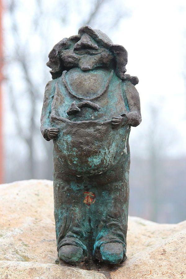 Wroc-ek (Eco-dwarf), wrocławski krasnal znajdujący się w Szkole Podstawowej nr 22 przy Stabłowickiej 143; autor: uczeń szkoły