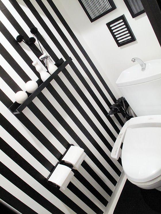 白と黒だけの空間となったトイレ。こだわりと個性が光っています。