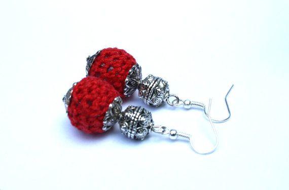 Rood of groene gehaakte oorbellen van LindaBastingsDesigns op Etsy  || Red or green crocheted earrings on Etsy €7,50