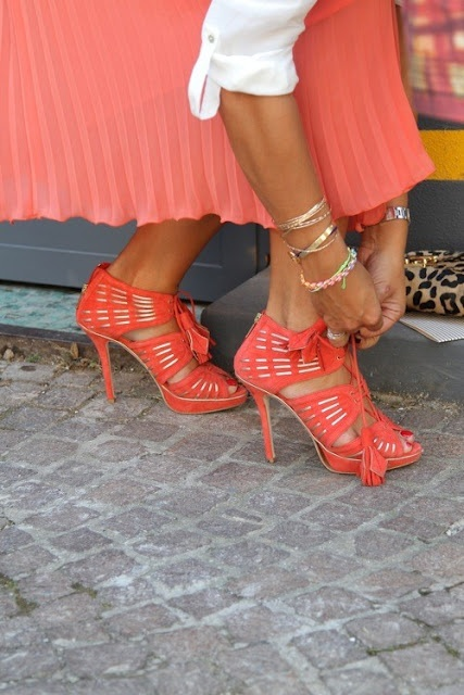 Love those heels.: Orange, Fashion, Coral Heels, Colors, Street Style, Styles, Coral Shoes, Shoes Shoes