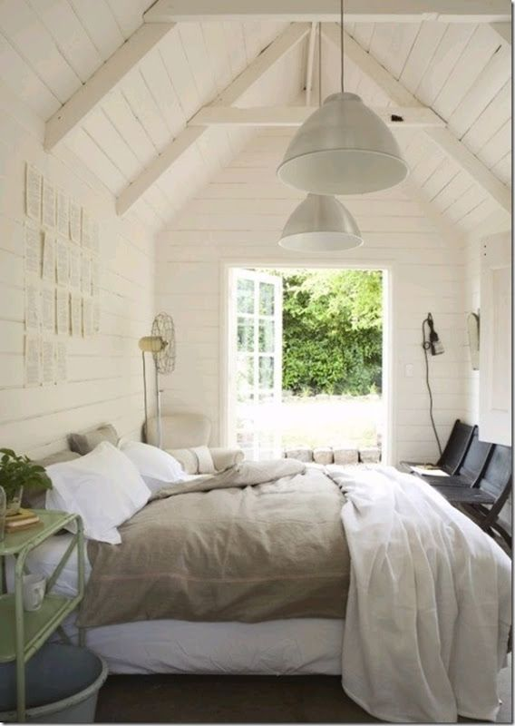 Light and Bright Bedroom with linen duvet cover and white pannelled walls. DIY this duvet cover with linen fabric for summer.