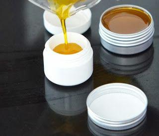 Te mostramos cómo hacer este bálsamo labial casero con miel :)
