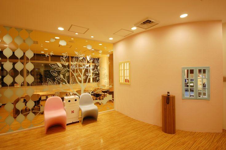カラフルな家具で構成されたオフィス|オフィスデザイン事例|デザイナーズオフィスのヴィス