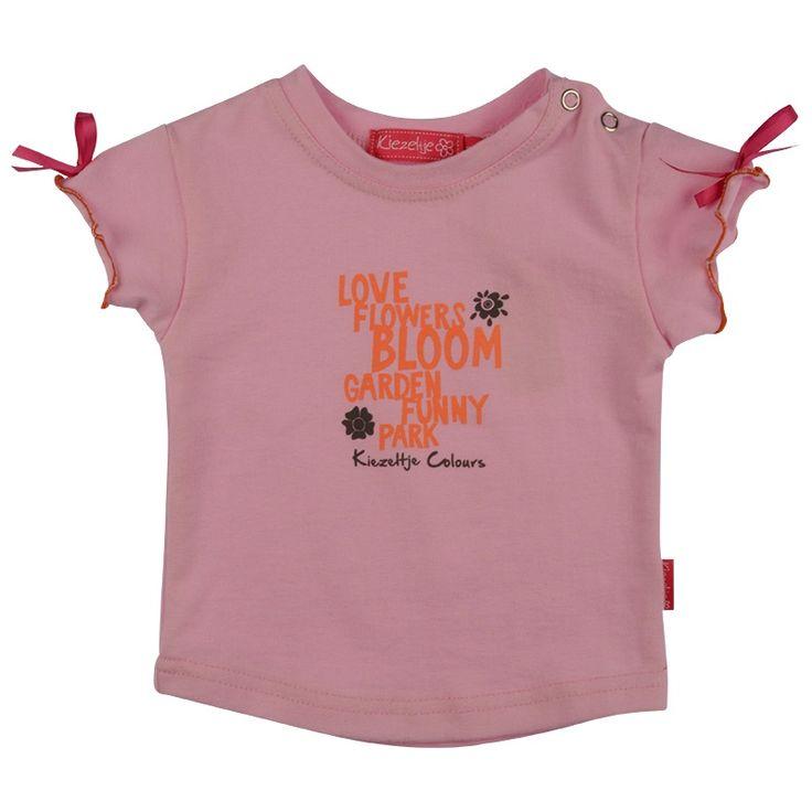 Kiezeltje - T-Shirt /Soft Pink - Licht roze shirt van het kinderkleding merk Kiezeltje.  Ronde hals. Korte mouwen met strik. Sluiting : drukkers op de schouder. Tekst print voorpand. | https://www.onlinekinderkledingkopen.nl/merken/kiezeltje