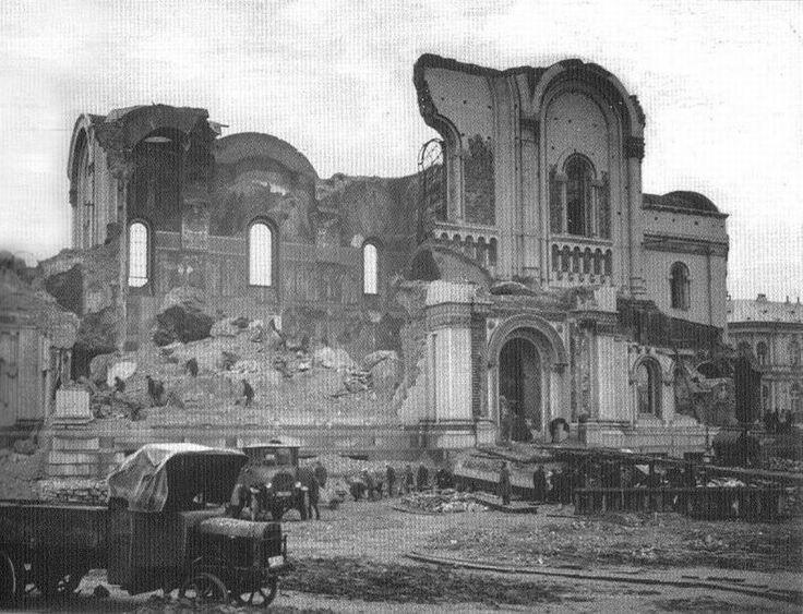 """Lata 1924-1926 , Rozbiórka Soboru św. Aleksandra Newskiego. Fotografia z albumu """"Polska międzywojenna""""."""