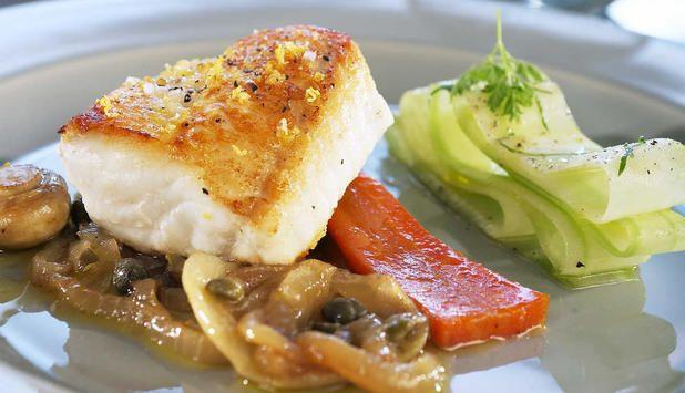 Oppskrift på Steinbit med karamellisert løk og stekte sjampinjonger. #fisk #oppskrift