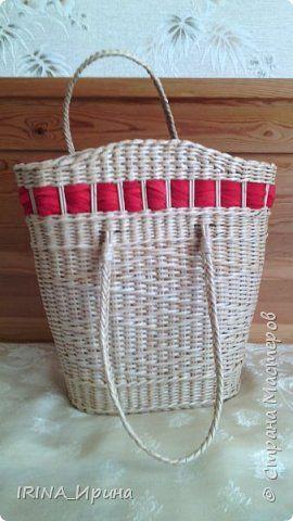 Сумка пляжная. Основа: две двухлитровые банки. Размеры: ширина внизу 26 см, вверху 36 см, высота 38 см без ручек. Украсила красным шарфиком.