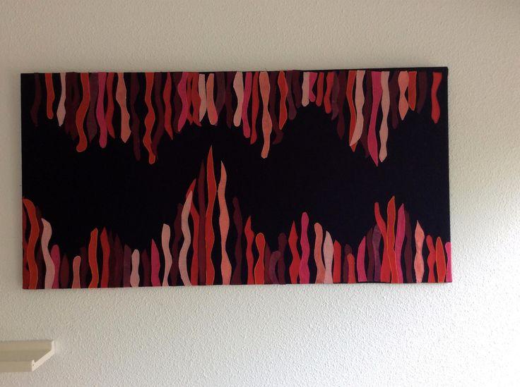 Stofschilderij, met diverse soorten rode stof op donkerblauw linnen.