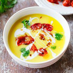 Doprawiona imbirem i kurkumą, rozgrzewająca zupa krem z dyni z mlekiem kokosowym. Z delikatną orientalną nutą w postaci przyprawy curry w proszku. Zupę podałam z pieczonymi pod grillem pomidorkami koktajlowymi oraz listkami świeżej kolendry. Sprawdźcie czy Wam również będzie smakować!