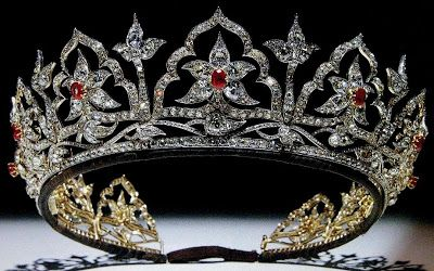 Oriental Ruby Circlet -  Creada en 1853 para la Reina Victoria de Inglaterra; en lugar de rubíes tenía ópalos y el diseño floral es de base hindú.