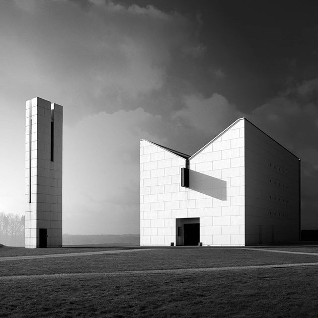 The Enghøj Church in Randers, Denmark, is placed on the highest spot in the landscape, making the church rise - while the design is pointing downwards. Thanks for the beautiful shot, @jonas.lindhardt! #henninglarsen    #Regram via @henninglarsenarchitects