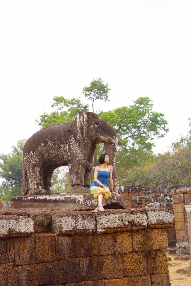 アンコールワット遺跡 - east mebon - カンボジア 東南アジアで最も重要な文化財の一つであるアンコール遺跡。クメール王朝が9世紀から築き始め、遺跡の壁面にはヒンドゥー教と仏教の神話が描かれ、アジア圏に息づく宗教の広がりをこの遺跡から感じとることができます。時が経った現在では、年間数百万人がこの地を訪れ、世界中の人々を魅了し続けています。  The mesmerizing ruins of Angkor, one of the most important archaeological sites in South-East Asia, attracts millions of visitors to Siem Reap every year. This is also the reason why I'm here.