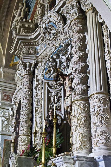 Forenza (PZ) - Chiesa SS. Crocifisso Il crocifisso posizionato sull'altare maggiore, vede come festosa cornice alla sua grande nicchia una parete di pregevole barocco, uno sfondo adornato anche nell'arco terminale da una tela raffigurante l'Eterno Padre incorniciata di fregi, cornici e angeli. L'elemento centrale del crocifisso è l'incanto del volto che trasmette sensazioni diverse a seconda della visuale di osservazione.