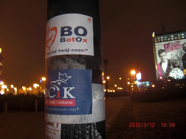 'To są kurwy z telewizji, celebryci wszystkich ras  Botox, crack i kokaina - tylko dla tych lepszych z nas  To jest premier, to faszysta, to prezydent, jego brat  Wszyscy klęczą u koryta, wysysają soki z mas'  My Riot- Botox