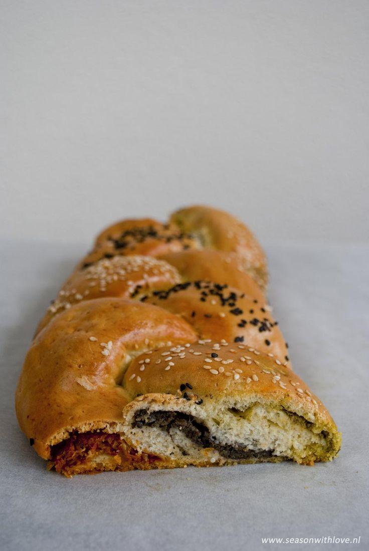 Een luxe gevuld vlechtbrood, gevuld met tomaten tapenade, olijven tapenade en pesto! Hiermee maak je zeker indruk!