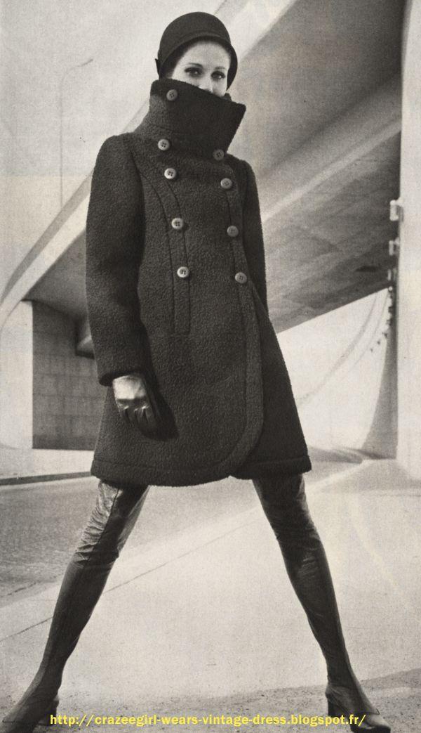 Le manteau col cheminée : à col géant , il est noir comme le veut la mode d'hiver , croisé, à bords arrondis et à peine ceintré. Ratine pure laine de Leonard - Louis Feraud - Chapeau Paulette - Cuissardes François Villon - 1968