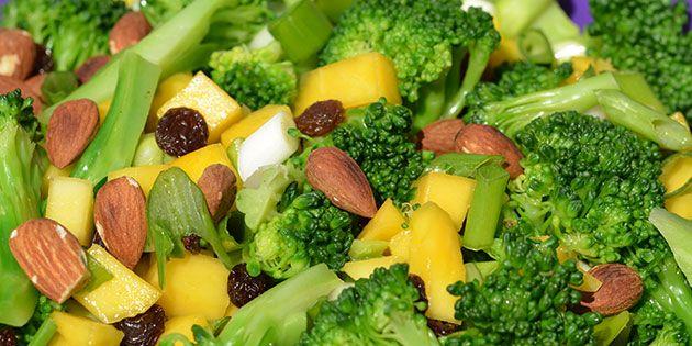 Uovertruffen broccolisalat med søde mangostykker og knasende mandler.