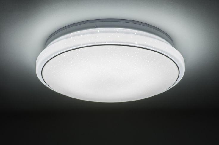 art 10857 Mooie plafondlamp voorzien van led verlichting en een sterrenhemel effect. Het matte, witte kunststof is voorzien van kleine, doorzichtige puntjes waardoor een sterrenhemel effect ontstaat. Afgewerkt met een rand in chroom. http://www.rietveldlicht.nl/artikel/plafondlamp-10857-modern-wit-mat-kunststof-rond