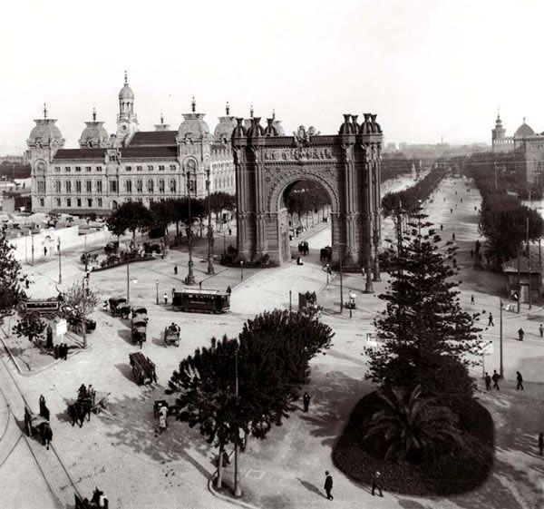 Arc de Triomf    Va ser la porta d'honor de l'Exposició i és una de les construccions que n'han quedat. Altres de més importants, com el gran Palau de la Indústria, han desaparegut. Imatge de l'Arc de Triomf cap al 1910 presa per un fotògraf desconegut.