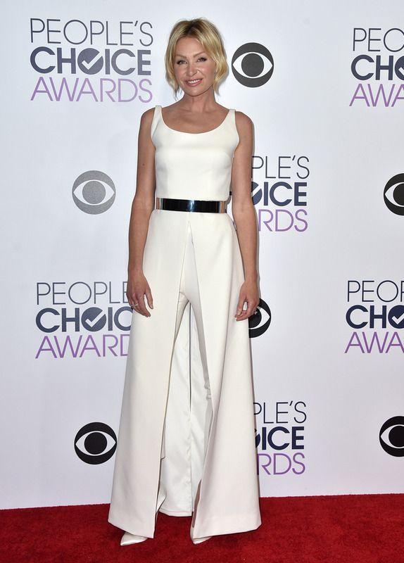 De blanco y con mono vimos a Portia de Rossi posando en la alfombra roja.