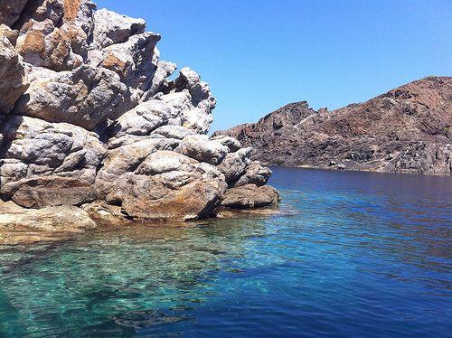 Cadaqués - Cala Culip: Las aguas de la Cala Culip son limpias, azules, casi transparentes