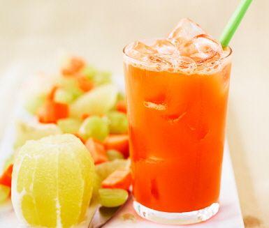 Vindruvor, morötter och ett uns citron blir juicen som smakmässigt kan konkurrera ut vilken läsk som helst. Bra mycket nyttigare och bra mycket godare!