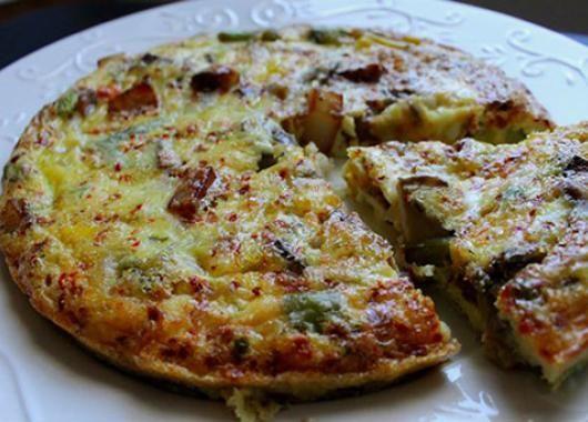 Το φούστορον του γαμπρού! 4 αυγα+ 3κ.σ βουτυρο+1 κεσεδακι γιαουρτι(250γρ.)+ενα φρεσκο ψιλοκομμενο κρεμμυδι+αλατι+πιπερι 200-250γρ.φετα τριμμενη+μια τηγανια πατατες.Πρωτα ετουμαζουμε τις πατατες,σε καυτο λαδι για τραγανη κρουστα.Σπαμε τ'αυγα και προσθετουμε το γιαουρτι,τη φετα,το κρεμμυδι.Βαζουμε το βουτυρο να καψει,ριχνουμε τις πατατες στ'αυγα κι'απο εκει ολα μαζι στο τηγανι.Ψηνουμε για 3-4'