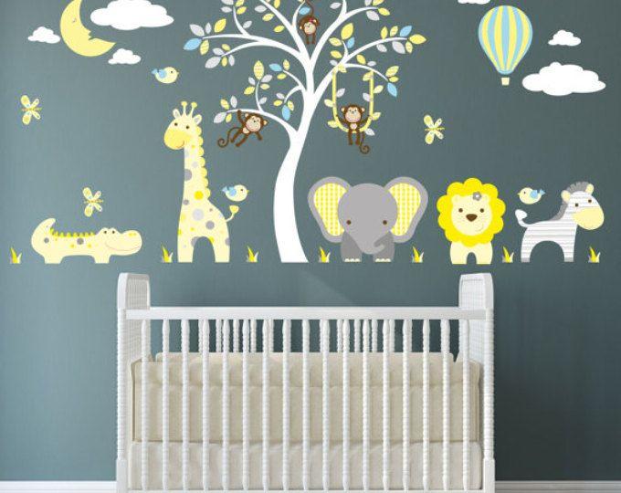 Jungle dieren Wall Stickers, apen, Giraffe en olifant rond een muurschildering van de witte boom. Ballon en maan. Teal, geel, grijs kinderkamer stickers.