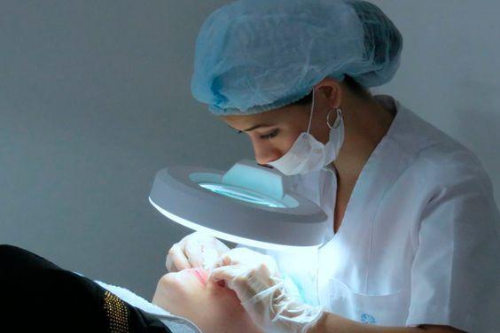 práctica facial, estética, tratamiento, Colegiatura de Cosmetología, Medellín, estudiante de cosmetología