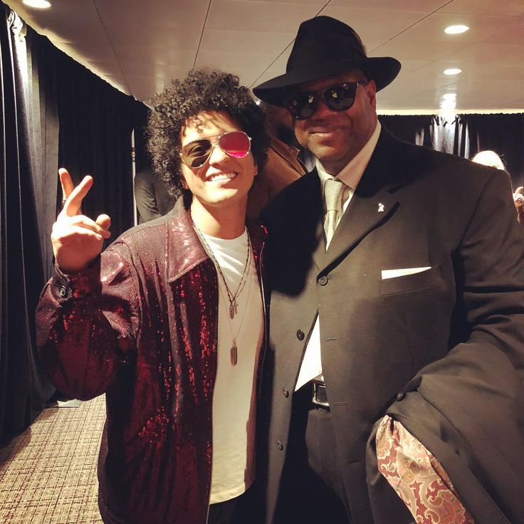 Lisa Harris (@lisajamharris) Instagram「lisajamharrisCelebrating backstage after his huge night! Congrats @brunomars on your Album of the Year & Song of the Year Grammys! Your sweet tribute speech to Jimmy Jam & Terry Lewis meant the world to us. We love & adore you Bruno! ❤️#grammys #brunomars #jimmyjam」