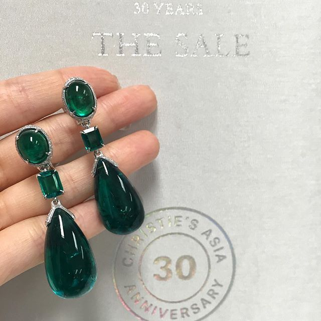 An exceptional pair of emerald drop earrings of 41.15 & 39.23cts, by #Etcetera, to be offered at our 30th Anniversary Sale on May 30 #ChristiesHK #ChristiesJewels #EmeraldEarrings #Colombia #MinorOil