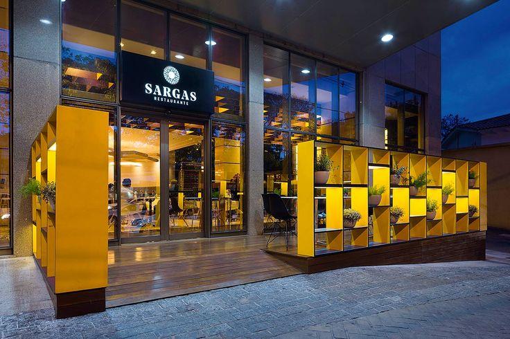 No exterior, os módulos revelam a proposta visual do restaurante e atuam como estante/divisória (Fotos: Gabriel Castro - Reverbo)