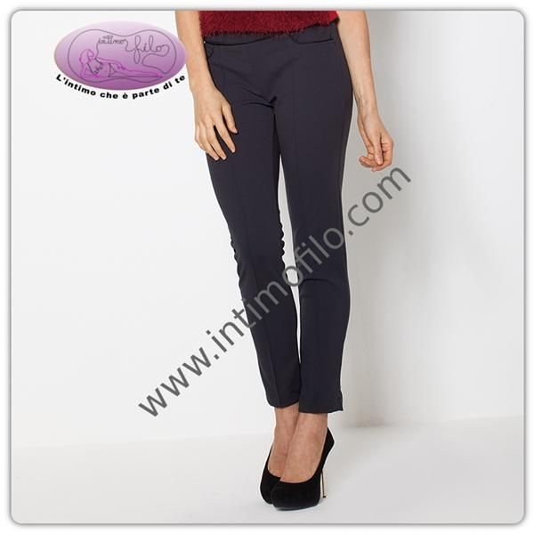 Pantalone donna morbido con gamba stretta impunture sul davanti e tasche.