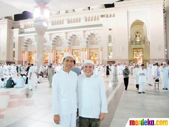 Joko Widodo bersama sahabat berfoto di Masjidil Haram.