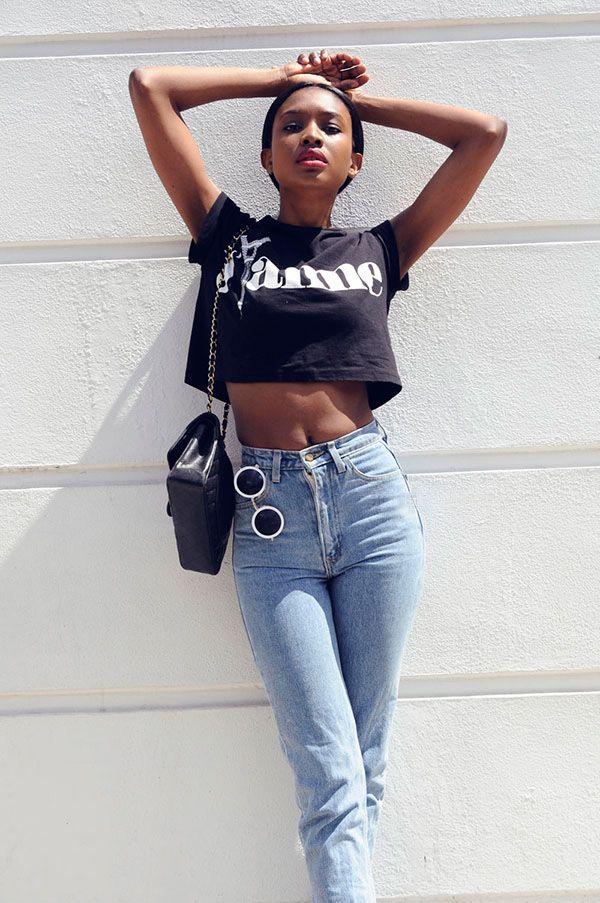 A calça jeans de cintura alta é outra peça queridinha de Natasha. Ah, quanto a blusa, vale super transformar uma antiga t-shirt em cropped, ok?