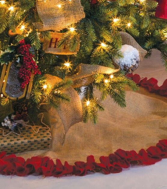 Add a finishing touch to your Christmas tree with this burlap tree skirt | DIY Tree Skirt