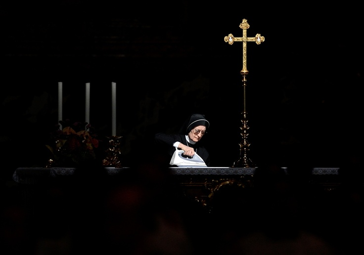 Nun smooths wrinkles out of Pope's mass at Vatican: Secondary Altars, Altars Prior, Журнал Esquir, Pope Benedict, Pope Mass, Nun Irons, Holy Mass, Benedict Xvi, Vatican Cities