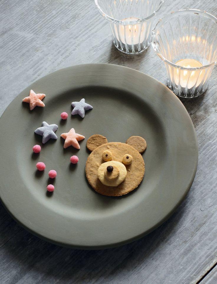 Biscuits sablés de différentes tailles empilés en forme de têtes d'ours