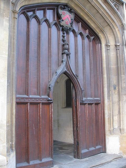 """All Souls College Lodge by Deb Harkness.    """"Pasamos por una puerta de madera baja que mantenía al público fuera de los confines silenciosos de su college"""""""