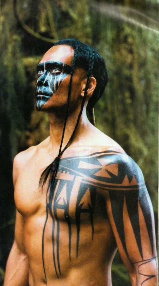 Mani (Mark Dacascos) no meio da floresta para enfrentar a besta. Pacto dos Lobos (2002).